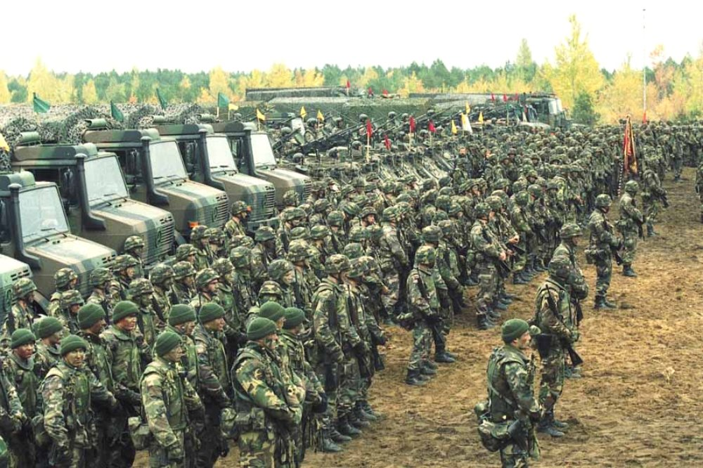"Units of Lithuanias the ""Iron Wolf"" brigade during an exercise with NATO partners in 2002 - foto: MoD Lithuania / Wikimedia / CC-Licence"