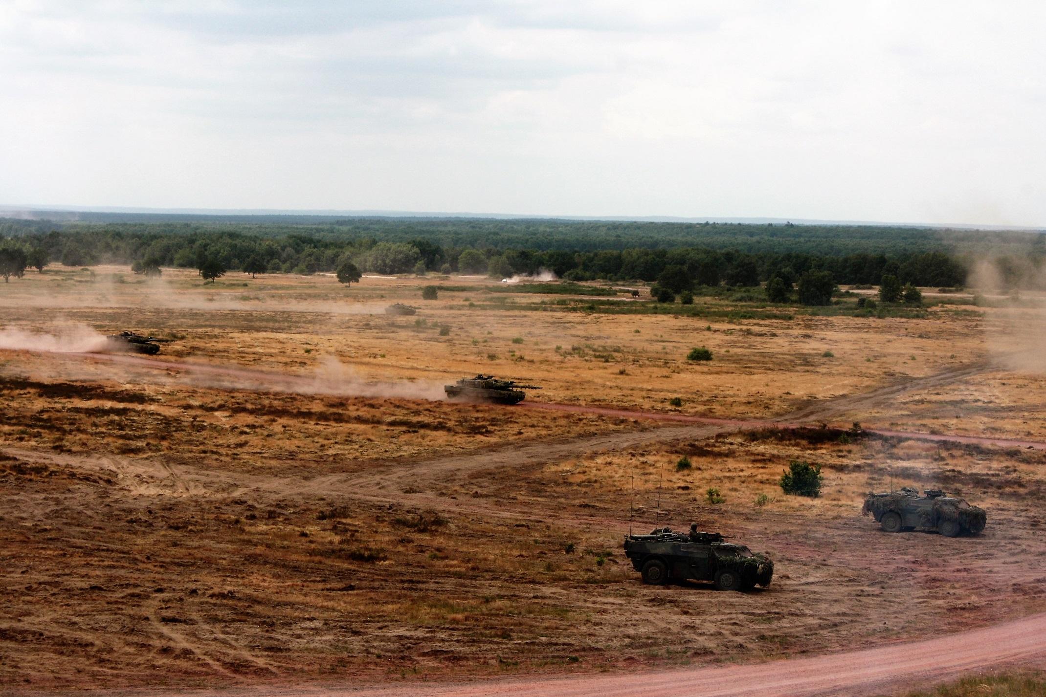 German Leopard 2 tanks simulatiing a fast attack on Schnöggersburg - foto: Björn Müller (all rights reserved)