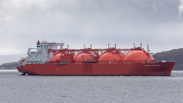 https://de.wikipedia.org/wiki/Tanker#/media/File:LNG_Tanker_ARCTIC_PRINCESS_vor_Hammerfest_(N)_-_Juni_2015.jpg